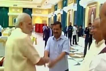 Kejriwal MOdi awkward handshake.jpg